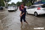 Học sinh được cõng, bồng bế đi học về qua khu nhà giàu ở TP.HCM ngập nặng