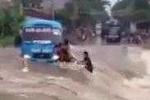 Video kinh hoàng hành khách bị lũ cuốn tại Lào Cai