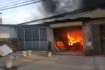 Xưởng đồ gỗ cháy ngùn ngụt lan sang nhà dân, 4 mẹ con thoát chết trong gang tấc