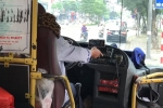 Tài xế xe buýt ở Hà Nội vừa lái xe vừa xem phim gây bức xúc