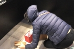 Vừa mua vàng Thần Tài đã đánh rơi, khách huy động cả cửa hàng đi tìm
