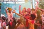 Video: Người lớn, trẻ nhỏ ném bột màu vào nhau để lấy may ở Hà Nội
