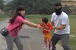 Bé trai 3 tuổi hét toáng, kẻ nghi bắt cóc trẻ em lên xe bỏ trốn