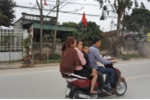 Vắng bóng CSGT, dân thản nhiên đầu trần 'cưỡi' xe máy vi vu chúc Tết