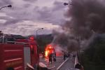 Xe khách bốc cháy sau tiếng nổ, hàng chục hành khách đập cửa kính thoát thân