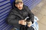 Người vô gia cư nhặt được túi tiền 17.000 USD trước ngân hàng thực phẩm