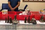 Bắt người đàn ông mang 12 sừng tê giác từ nước ngoài về Việt Nam