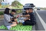 Phạt 5,5 triệu đồng với tài xế dừng xe, mở tiệc trên cao tốc Nội Bài - Lào Cai