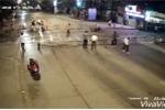 Video: Nam thanh niên phóng bạt mạng, tông sập rào chắn tàu hỏa sáng mùng 3 Tết