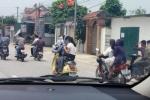 Đoàn xe máy đưa dâu không mũ bảo hiểm tạt đầu ô tô, nghênh ngang dàn hàng trên quốc lộ 1
