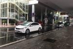 Đà Nẵng: Bị ngăn chặn chèo kéo khách, tài xế hất an ninh sân bay lên nắp capô