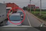 Clip: Hàng loạt ô tô lấn làn, bị tài xế container dạy bài học nhớ đời