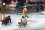 Xúc động hình ảnh công an Cần Thơ dầm mưa, dọn sơn trên phố