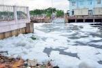 'Tuyết' trắng xóa phủ kín kênh sau cơn mưa lớn ở Sài Gòn