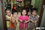 Gia đình sinh 5 đầu tiên ở Việt Nam: 'Tết, chồng tôi vẫn chạy xe suốt đêm kiếm tiền nuôi con'