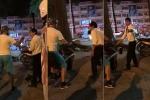 Va chạm giao thông, người đàn ông nước ngoài bẻ gương, đòi đánh tài xế taxi