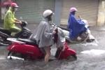 Video: Sấm nổ vang trời, người Hà Nội bì bõm lội nước đi làm trong mưa lớn