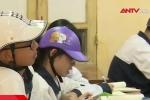 Hà Nội: Học sinh trường Trần Nhân Tông phải đội mũ bảo hiểm ngồi học vì sợ... vỡ đầu