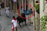 Clip: Bò tót nổi điên húc rách tả tơi quần người đứng ven đường