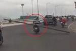 Rợn người clip xe máy chở thanh sắt dài hàng mét, choán hết đường ở Nha Trang