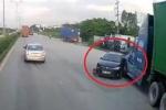 Clip: Container đâm ô tô con xoay ngang giữa đường như phim hành động