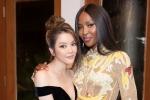 'Báo đen' Naomi Campbell thân thiết ôm chặt Lý Nhã Kỳ