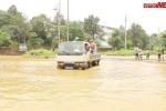 Clip: CSGT Hà Nội dùng xe thùng chở dân và phương tiện 'bơi' qua chỗ ngập