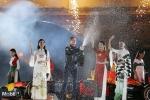 NTK Đỗ Trịnh Hoài Nam trình diễn bộ sưu tập áo dài bên siêu xe F1