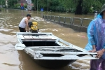 Video: Đường ngập sâu 1,5 mét, dân Quảng Ninh mang xuồng ra chạy