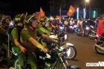 Cảnh sát trắng đêm cùng cổ động viên mừng chiến thắng của đội tuyển Olympic Việt Nam