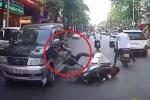 Clip: Vừa lái xe máy vừa dùng điện thoại, cô gái gặp ngã đập đầu vào bánh xe ô tô