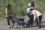 Clip: 2 cô gái phóng xe lao thẳng vào đường đang đổ bê tông khiến dân mạng chào thua