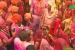 Phụ nữ cầm gậy tre đánh đàn ông thoải mái trong lễ hội ở Ấn Độ