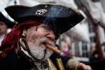 Vì sao không bị mù nhưng cướp biển vẫn bịt một mắt?