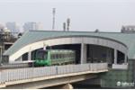 Anh: Tau duong sat tren cao Cat Linh - Ha Dong chay thu tren pho Ha Noi hinh anh 1