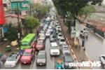 Ảnh: Đường phố Hà Nội ùn tắc kéo dài từ sáng đến trưa dưới trời mưa rét