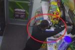 Clip: Nữ quái cầm súng đi cướp, chưa kịp lấy tiền đã nháo nhào bỏ chạy