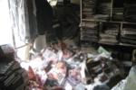 Người đàn ông bị 6 tấn tạp chí người lớn trong nhà đè chết