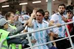 Video: Cổ động viên thẳng tay ném TV qua ban công sau khi Argentina thua Pháp