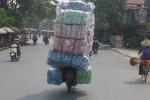 Xe máy chở hàng cao ngất ngưởng 'làm xiếc' trên phố Hải Phòng