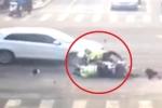 Clip: Vượt đèn đỏ trong lúc truy đuổi xe vi phạm, 2 cảnh sát bị ô tô tông văng