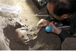 Clip: Cận cảnh những di vật trong hang núi lửa có xương người tiền sử ở Việt Nam