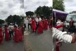 Clip: Nam nữ thanh niên nhảy múa giữa đường mừng đám cưới gây bức xúc