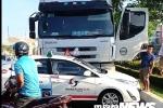 Clip: Xe container húc, ủn xe taxi cả chục mét tại Đà Nẵng