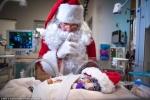 Xúc động hình ảnh đón Noel sớm của những em bé sinh non trong phòng chăm sóc đặc biệt