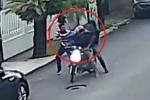 Clip: Chưa kịp ra tay, 2 tên cướp bị nạn nhân đánh phủ đầu phải chạy trối chết