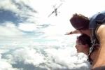 Video: Thót tim cảnh máy bay suýt 'chẻ đôi' người nhảy dù