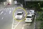 Clip: Tài xế quên kéo phanh tay, ô tô lao tự do vun vút trên đường