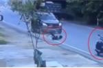 Xe máy tự phóng vọt đi sau tai nạn, bỏ mặc nữ chủ nhân ngã lăn lóc trên đường