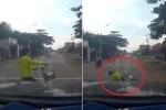 Thiếu nữ đeo tai nghe vô tư sang đường bị ôtô tông ngã